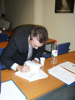 Fernando Maciá firmando ejemplares del libro Posicionamiento en Buscadores