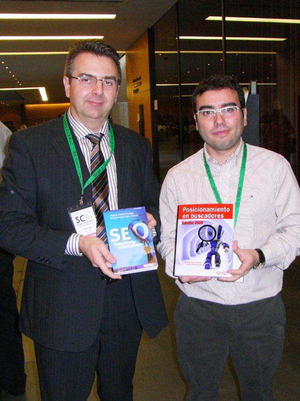 Fernando Maciá y Miguel Orense intercambiaron ejemplares de sus libros sobre posicionamiento en buscadores